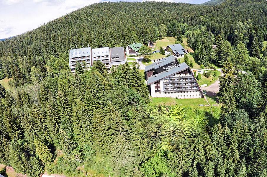 Pytloun Wellness Hotel**** Harrachov - pohled od Čertovy hory v létě