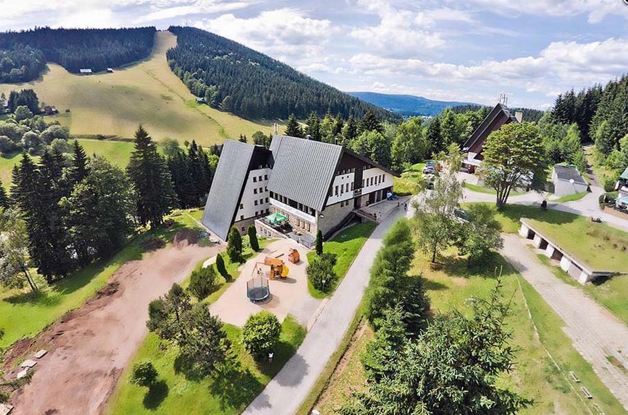 Pytloun Wellness Hotel**** Harrachov v létě, v pozadí Čertova hora