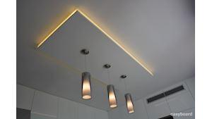 Plný dekorační strop s nepřímým osvětlením