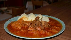 1. Segedínský gulášek, domácí houskový knedlík + polévka + nealko pivo 0,3l