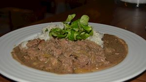 Restovaná kuřecí játra, dušená rýže  + polévka + nealko pivo 0,3l