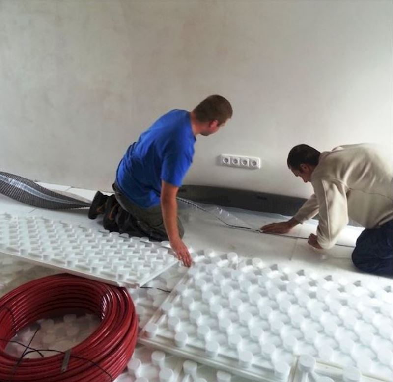 Pokládka systémové desky pro podlahové vytápění