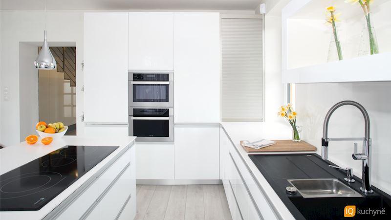 Bílá elegance | Uvnitř kuchyně