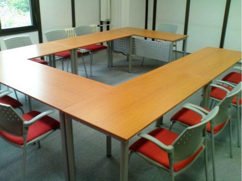 Školící sestava stolů v provedení třešeň/kovová podnož rám