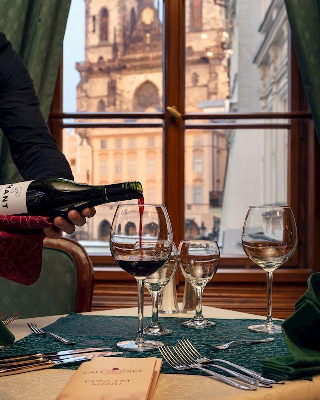 Výhled z Café Mozart na Týnský chrám