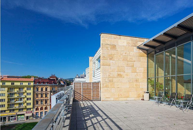 Terasy hotelu s posezením a výhledem na město Liberec a Ještěd