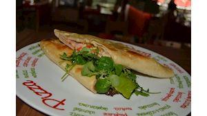 Pizza kapsa plněná rukolou, salsou, šunkou, eidamem a nivou