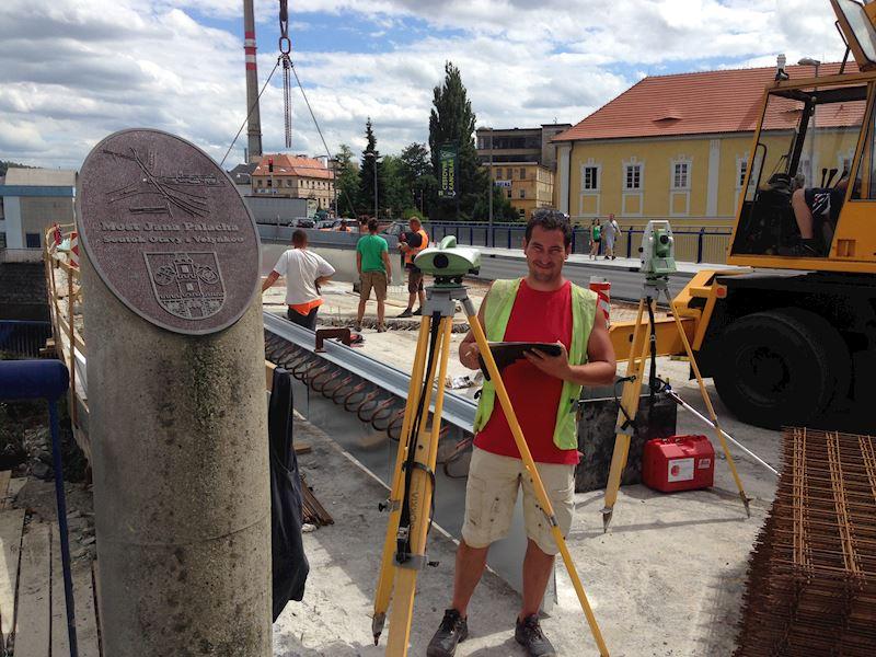 Zeměměřické práce při opravě mostu