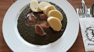 Moravský vrabec se smetanovým špenátem, domácí bramborový knedlík + polévka