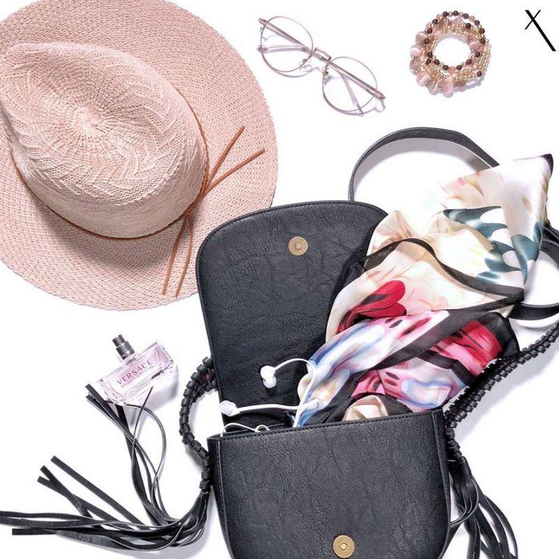 Dámksé kabelky, šátky, sluneční brýle, klobouky, bižuterie, parfémy.