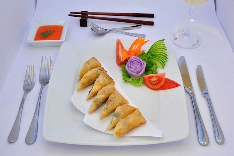 Čerstvá zelenina v rýžovém papíru podávaná se sladkou chilli omáčkou