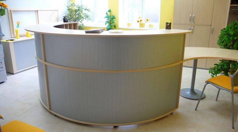 Atypický recepční pult v provedení lamino bříza/roleta stříbrná/podnože kovové