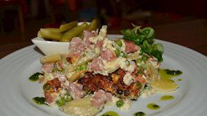 Francouzské brambory s uzeninou, kyselý okurek