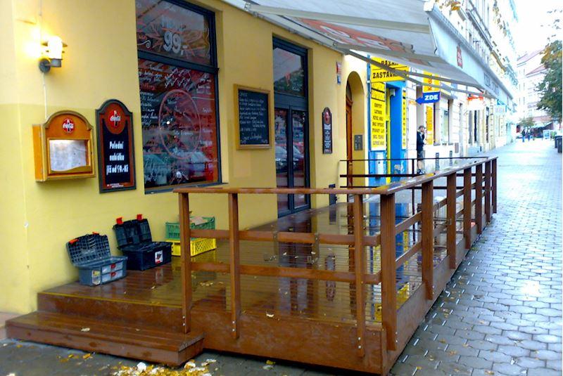 Předzahrádka u restaurace v Praze 10