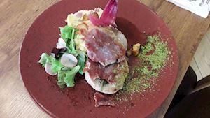 SPECIALITA: Telecí saltimbocca se šťouchanými brambory, zeleninový salátek + polévka