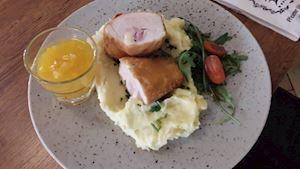 Kuřecí cordon bleu s máslovou bramborovou kaší, kompot + polévka