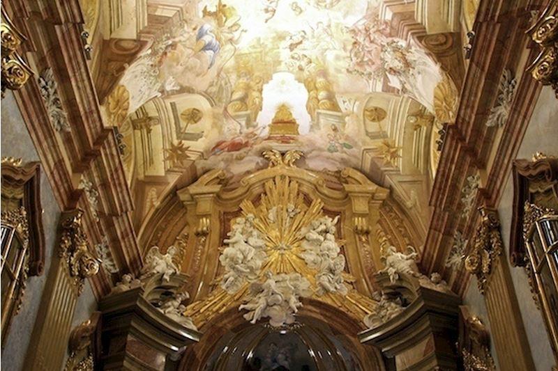Chrámové interiéry a oltáře