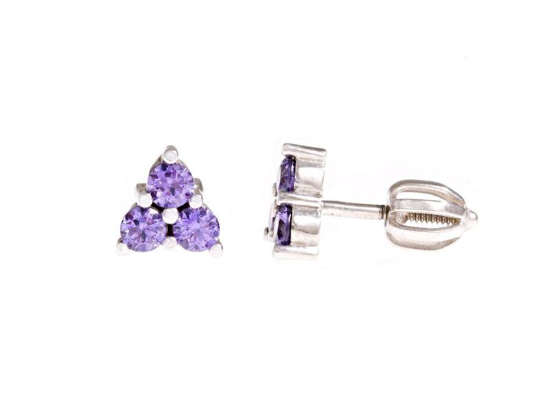stříbrné náušnice s fialovými kamínky.