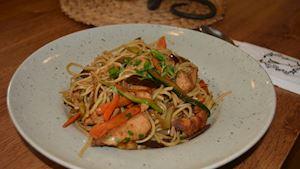Restované asijské nudle s kuřecím masem a zeleninou  + polévka