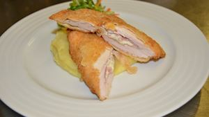 Smažený Cordon bleu, šťouchaný brambor s pažitkou (1,3,7,11)