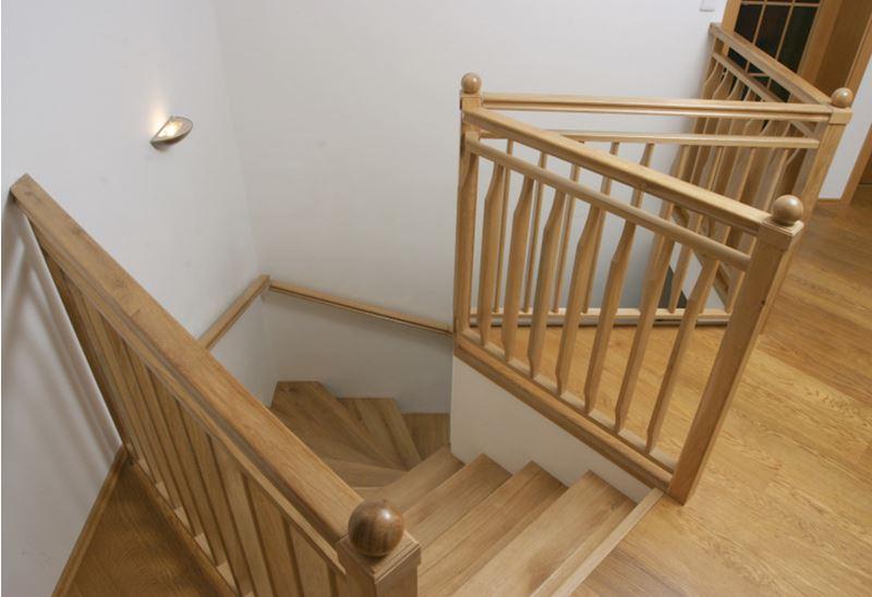 Dubové vnitřní schodiště