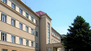 Hlavní budova od západu