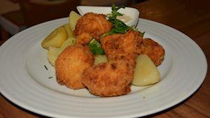 Smažený květák, vařený brambor, okurkový salátek + polévka + nealko pivo 0,3l