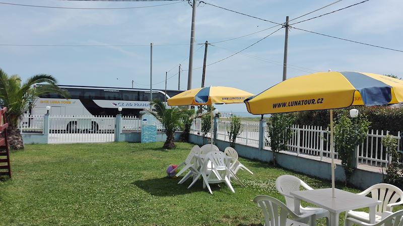 posezení u penzionu Theo beach
