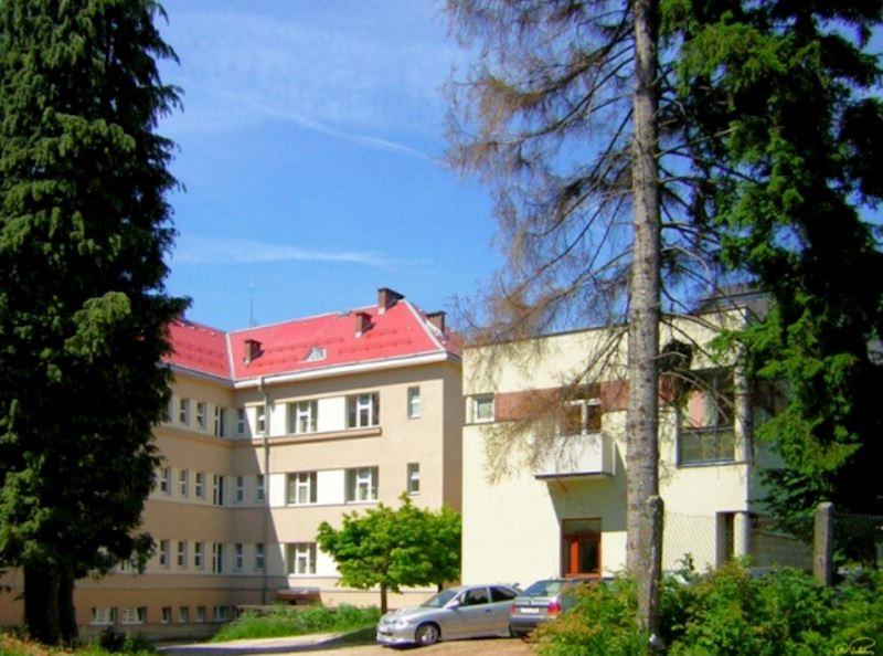 Hlavní budova od SV, vpravo nová nemocniční kuchyně