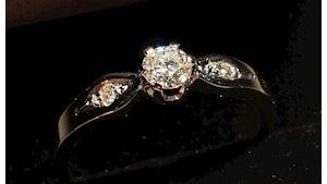 Zásnubní prsten, bílé zlato 14 ct, hmotnost 2,2 g, 1 x briliant 3,8 mm a 2x 1,5 mm