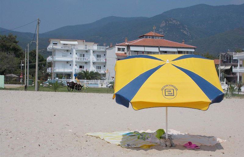 prostorná široká pláž u Theo beach