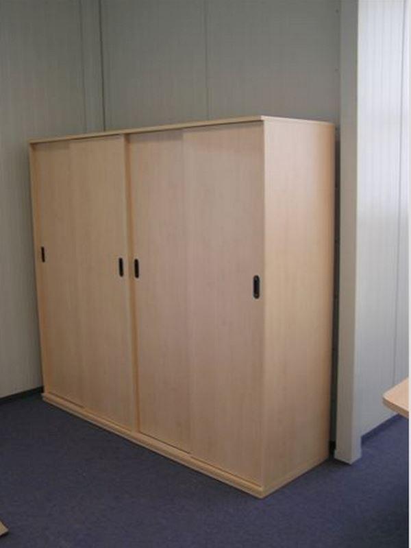 Šatní skříň s posuvnými dveřmi (tyč, police)