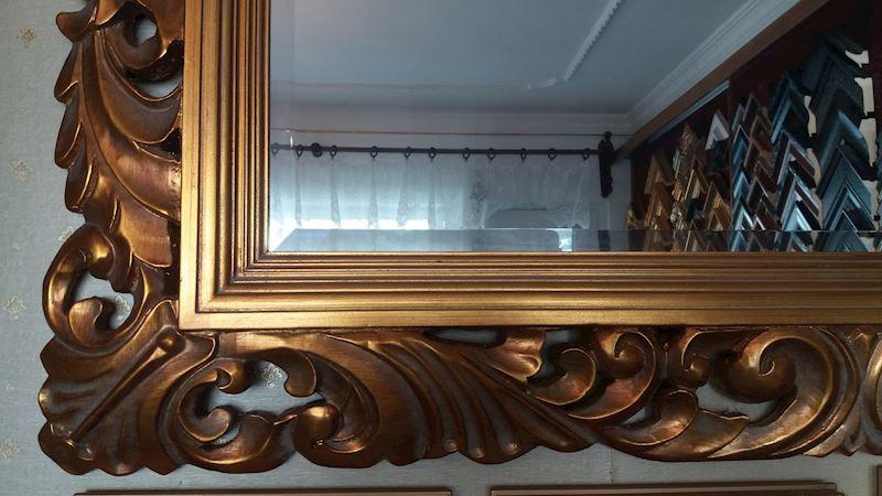 vyřezávaný zlacený rám se zrcadlem