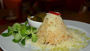 Risotto s kuřecím masem a zeleninou, zdobené sýrem + polévka + nealko pivo 0,3l