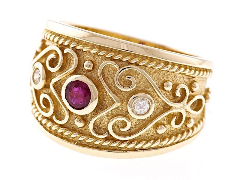 Designový zlatý prstýnek s diamanty a rubínem.