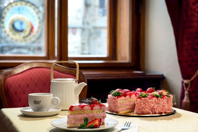 Jahodový dort a výhled na Orloj