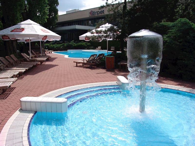 Bazén s odpočinkovou zónou